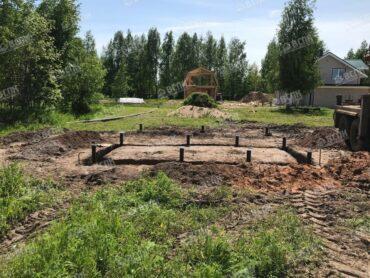 Установка свай для фундамента бани