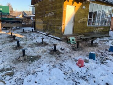 Установили фундамент на сваях для пристроя к дому